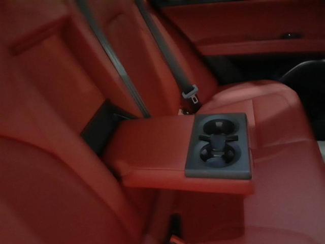後部のアームレストを倒すと、後部座席の方にも嬉しいドリンクホルダーが出現。