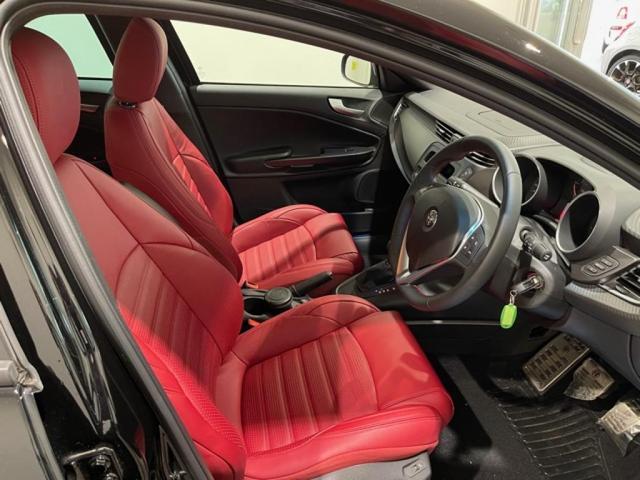 凛としたブラックのボディに鮮やかなレッドレザーシートのコントラストが美しい1台!