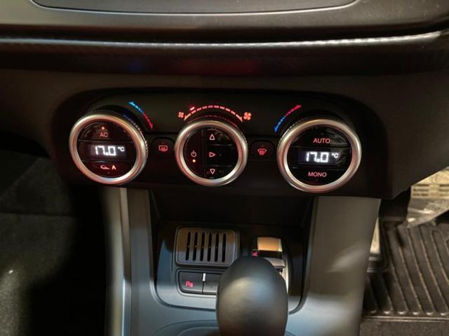 簡単に温度調節が可能な左右独立式のオートエアコン装備。