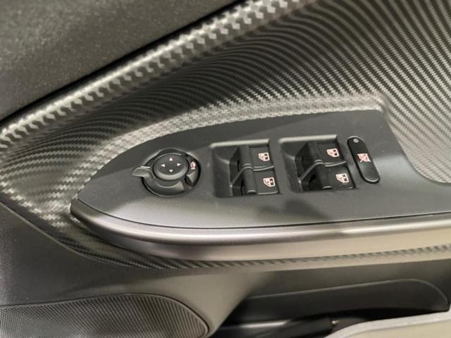 パワーウィンドウ、ドアミラーの操作は運転席側のスイッチで簡単に操作可能です。