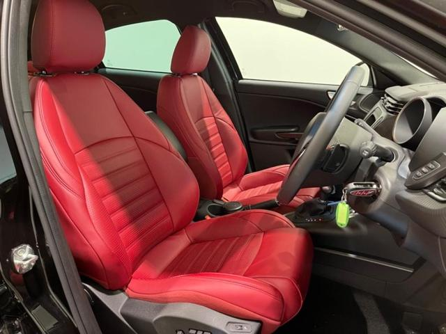 上質なレザーシートは左右の張り出しによって着座姿勢が崩れにくい仕様になっており、長距離ドライブでも疲れにくいです。