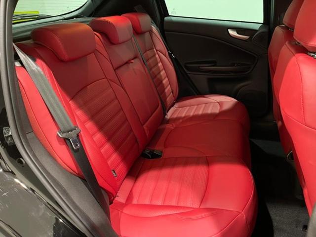 リアシートも柔らかいレザーで、ゆったりとドライブを楽しめます。