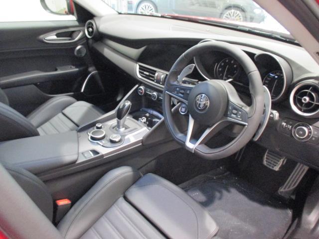 「ドライバーはすべての操作系統や情報をたやすく操ることができる」をコンセプトにドライバー中心のインテリアに仕上がっております。