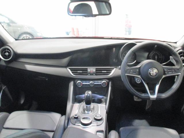 Alfa Romeoらしいシンプルで本質的な機能美に満ちたインテリア。