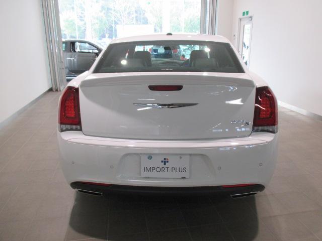 赤い輝きを強調し後続車両からの被視認性を確保するテールランプ。