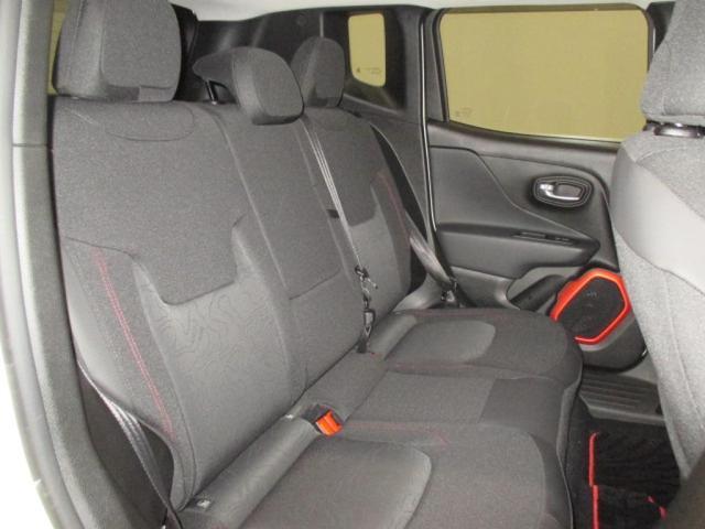 身体をやわらかく受け止めるよう設計されたシート。運転席 6ウェイ、助手席 4ウェイマニュアル調整機構。