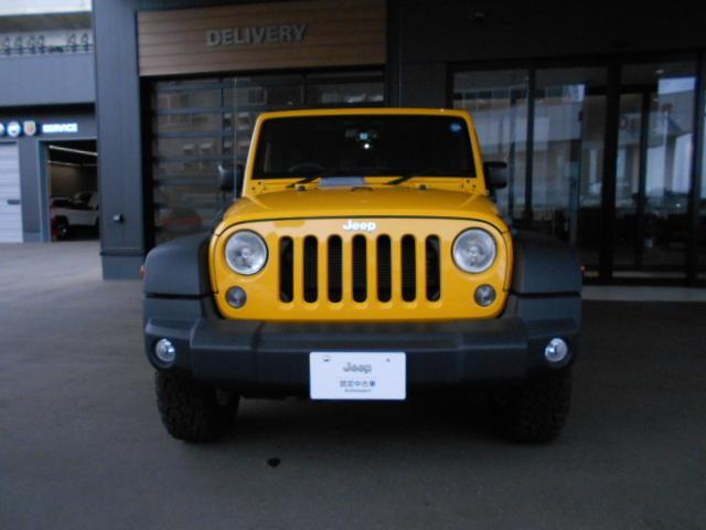 丸目のヘッドライトに、Jeep伝統のセブンスロットグリル。ボンネット先端には、フロントディフレクター装備!