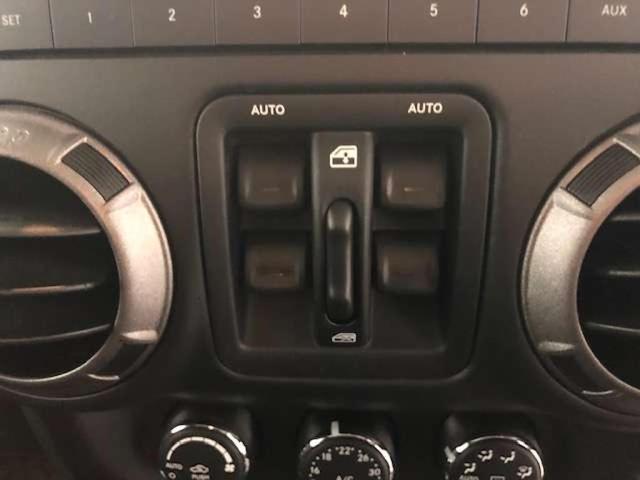 窓の開閉は、オーディオ下にスイッチがございます。
