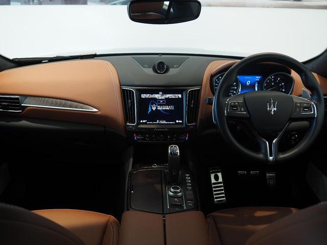 インテリアは12方向電動調整式フロントシート、ラディカウッドトリム、シートヒーターが装備され、スポーティーな走りの楽しみと快適性を両立。
