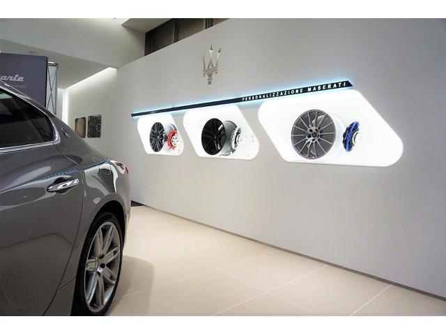 コンフィギレーションルームの傍にはホイールや、ブレーキキャリパーの展示も御座います。
