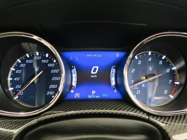 車内中央のセンターコンソール。カーボンインテリアトリムがより上質な印象を持たせてくれます。
