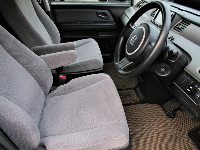 前列シートは運転席・助手席の間にアームレストがついております♪シートも座りやすく長時間運転していても疲れにくいです♪