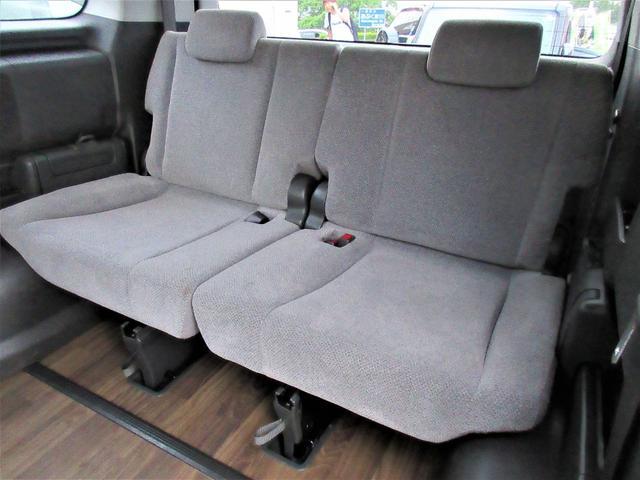 サードシートは狭く物足りない物が多い中こちらのサードシートは前列のシートと大差ないほどの座り心地とゆったり感があります♪シートの位置も調節が可能で窮屈感のある3列目の印象が変わります♪