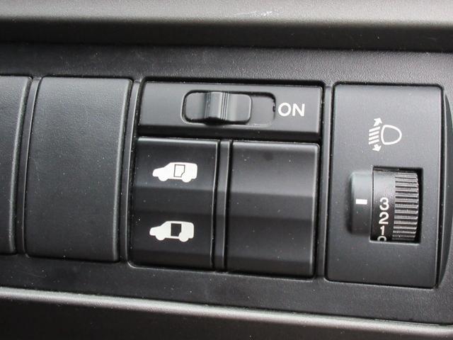 片側パワースライドドアになっておりますので運転席から操作することが可能になっております♪小さいお子様などにも安全性があります♪狭い駐車場など乗り降りがグッと楽になりますね♪