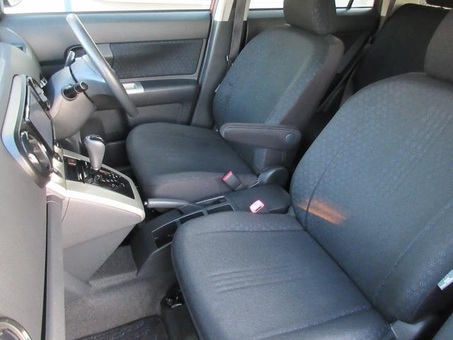 助手席のシートもへたりや破れ、シミ等なく良好な状態となっております♪足元も広々で窮屈さを感じずくつろげますね♪センターにはドリンクホルダーが完備で嬉しいですね♪