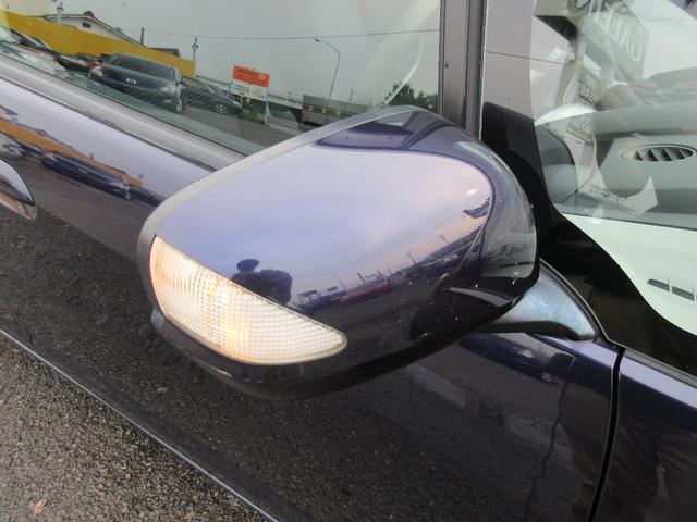 ミラーウィンカーが装備されております♪ドレスアップ効果はもちろんのことですが、夜間の運転の際にほかの車からの視認性を高め追突などを防ぎ安全性を上げる役割も担っております♪
