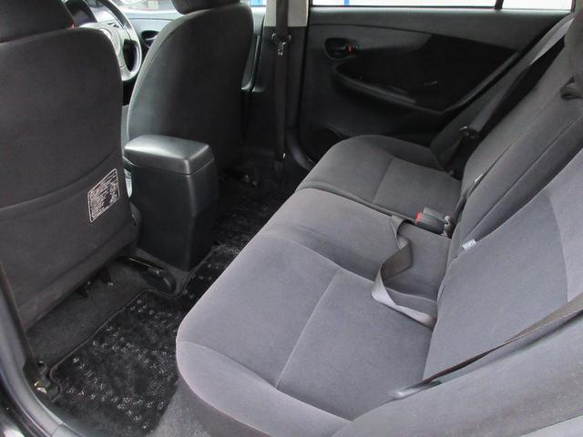 3人座ってもゆったりと余裕のある快適な座席になっております♪足元も窮屈さを感じさせない車になっております♪もちろん焦げ跡もなくリラックスしてお乗り頂けます♪