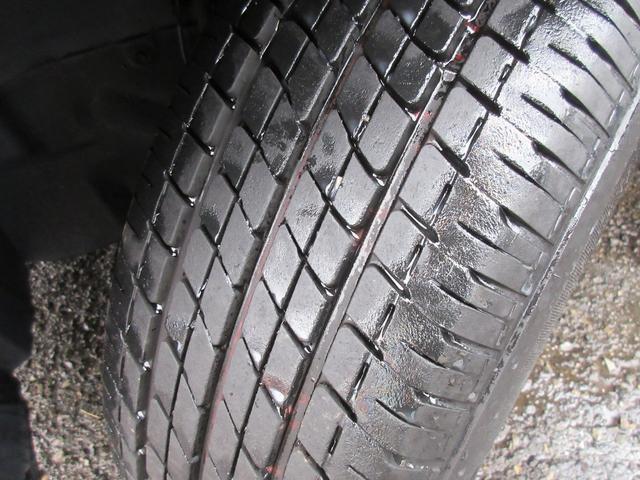 タイヤの溝もまだ残っておりますので購入後にすぐ交換する必要もございません♪純正ホイールキャップ装着車です♪