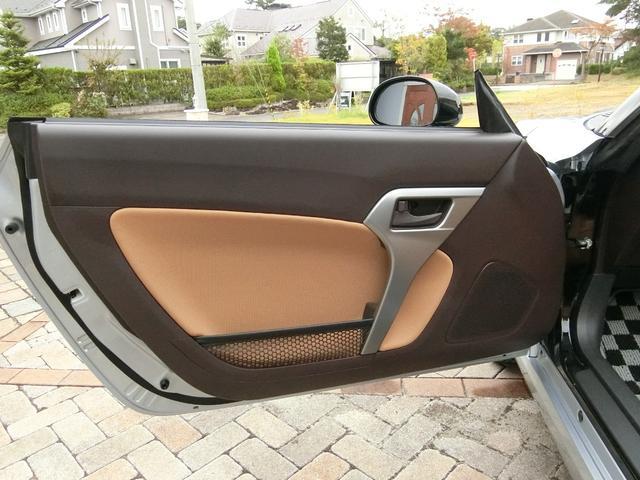 角度調整のみ、電動で調整できます。アイドリングストップのON/OFFスイッチは運転席右側にあります。
