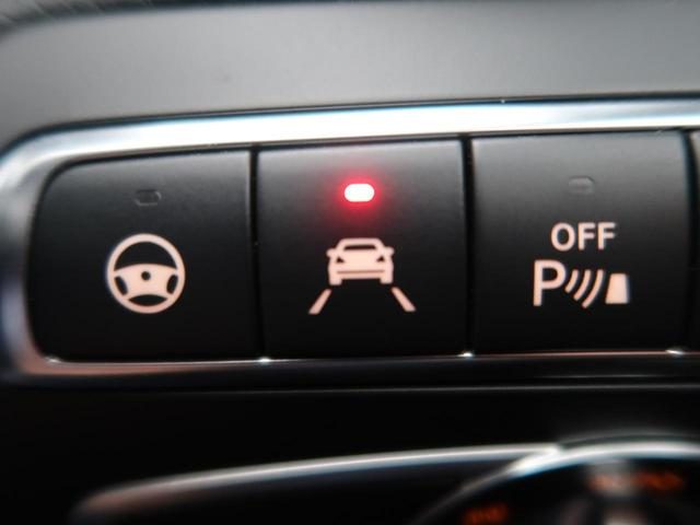 ●レーンキーピングアシスト:走行車線の逸脱を教えてくれる機能。走行時に、クルマが車線から外れていることをカメラが検知すると、ステアリングを微振動させてドライバーに警告します。