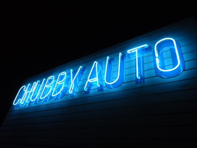 夜間はブルーのネオンサインが目印です!通常PM20:00まで営業中!※日曜・祝日は19:00まで営業