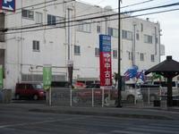 中古車展示場は、道路を挟んで向かい側!目の前に信号・横断歩道があるので行き来も簡単です!
