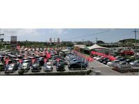 たくさんの展示車があります。また店内のパソコンで沖縄県内トヨタグループ在庫確認ができます。