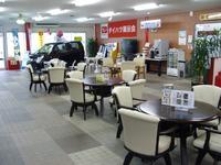 サービス工場の広々待合室。ドリンクバー、キッズコーナーも完備。ご家族、ご友人と憩いの場でごゆっくりと