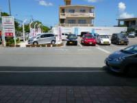 駐車場も広々!展示スペースも広いのでゆっくりご覧頂けます。