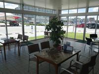 暑い夏もちょっと寒い冬もカフェテリアのような店舗で快適に御商談が可能です♪オーナー様の快適空間!!