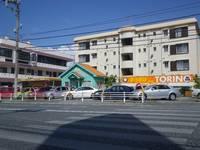 オレンジの看板とログハウスのような建物が目印!