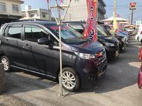 当店は展示場を広々とスペースをとっておりますので、ゆったりとお車選びをすることができます。