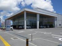 お客様駐車場スペースも広く、ショールーム内も広い店舗です。