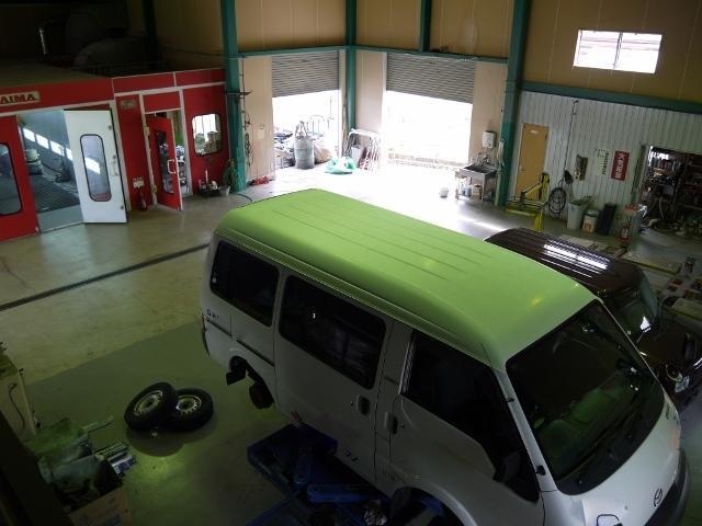 工場内では整備用リフト・塗装ブースなど様々な設備が揃っております。