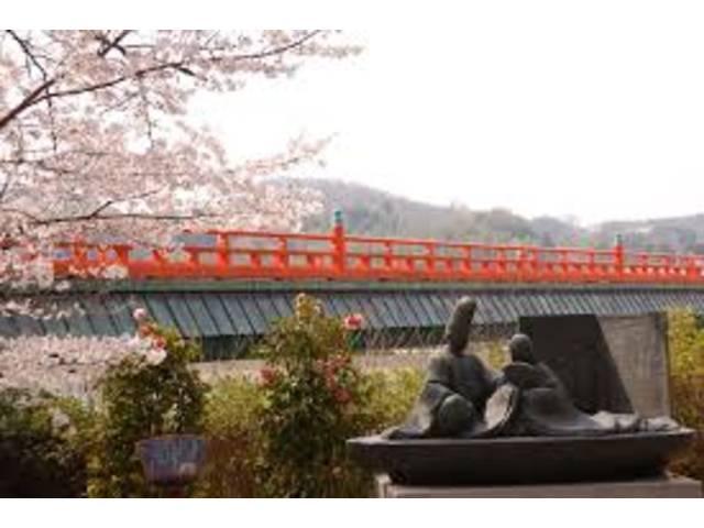 宇治橋から徒歩5分!景色の良い宇治川堤防沿いに店舗があります!
