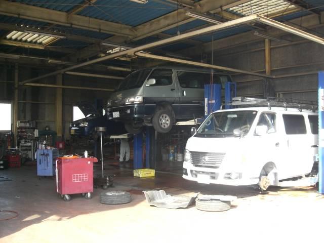 車検・修理ピット。3.2t まで対応です。