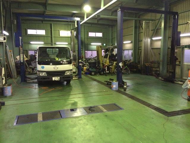 工場内は広々で、おおがたしゃりょうの修理も行えます。