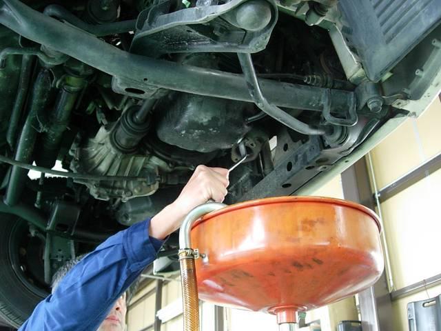 エンジンオイル交換、オイルエレメントの交換。オイル交換はこまめに行う事をお勧めします。