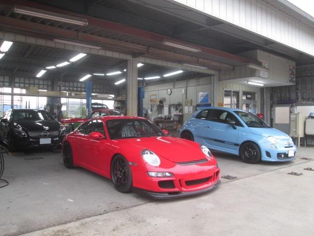 輸入車に対応できる豊富な塗料と塗装ブースと熟練スタッフが対応します