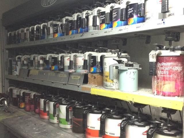 塗料棚です。塗料配合には熟練の技術が必要ですが、お客様のお車にピッタリのお色目を作り出します。