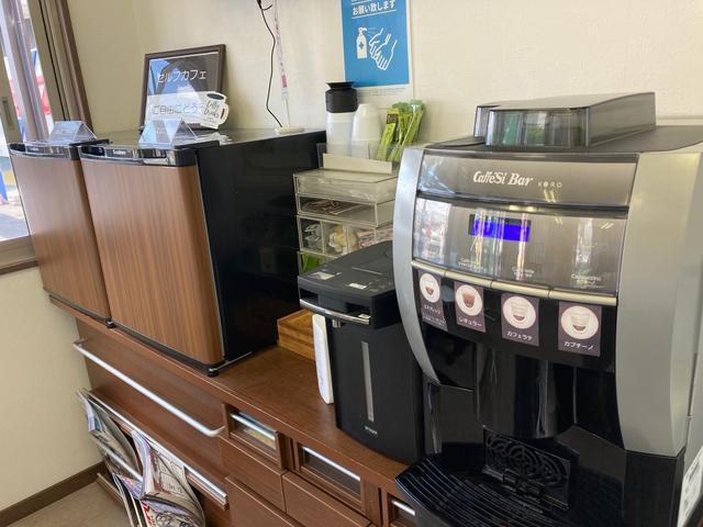お客様にくつろいでいただくためコーヒーサーバーも設置