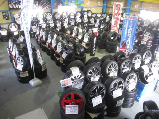 横浜戸塚店の店内風景です。VW用ホイールを大量に在庫しています♪
