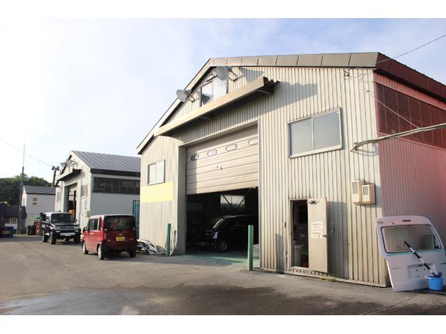 整備工場、板金ブース、塗装ブースと専門工場を完備しております。