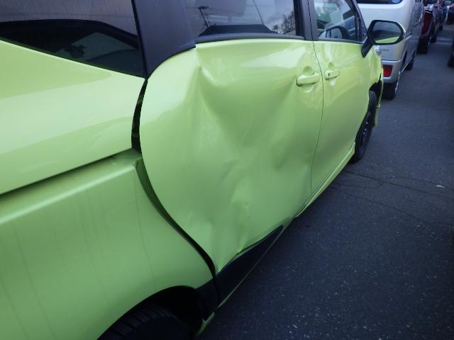 お車の傷やへこみを綺麗に直しております。
