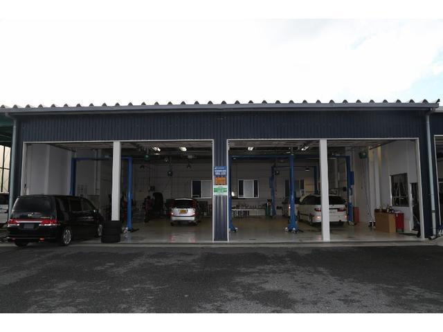 お車の整備、メンテナンス工場も併設しています。陸運局指定工場です。