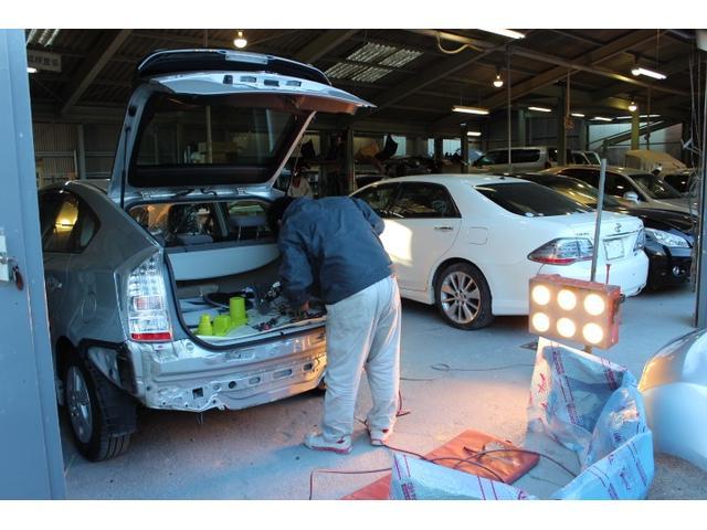 広いピットで多くのお車を整備、修理してきました。