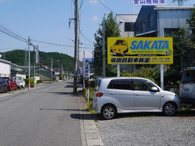 セブンイレブン多治見美坂町店から北にクルマで約2分です。黄色の看板が目印です。