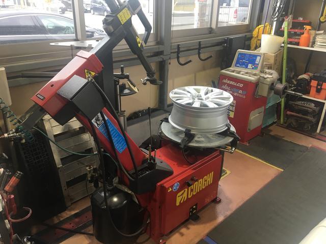 タイヤチェンジャー・バランサー完備。タイヤ交換も当社にお任せ下さい。