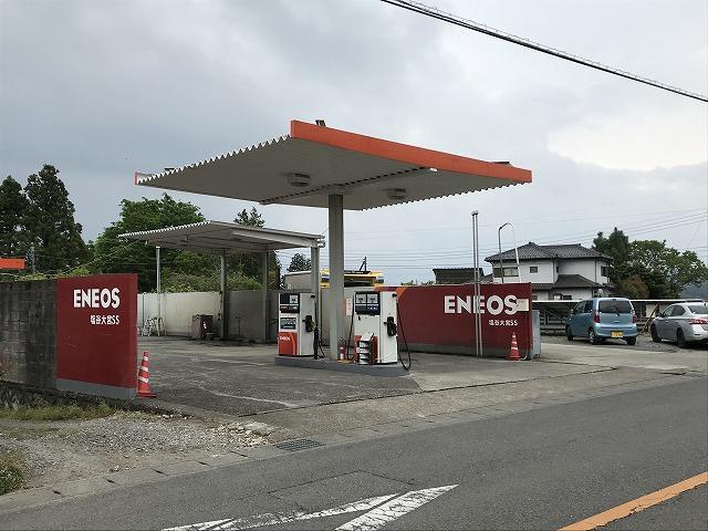 店舗向かい側にはガソリンスタンドも併設しております。