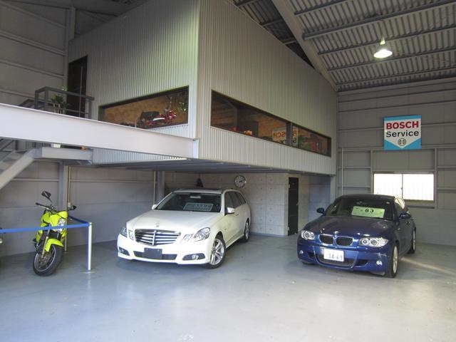 整備工場に併設するテクニカルショールームではゆっくりとお車をご覧になれます。